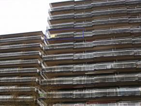 Ruim hoekappartement met drie volwaardige slaapkamers aan de rand van de stad Tienen. Het appartement is bereikbaar via een lift. Indeling: inkomhal,