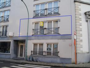 In het stadscentrum vindt u dit mooi appartement, gelegen op de 1ste verdieping. Het appartement is bereikbaar met lift en omvat: inkom, ruime leefrui