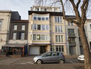 Op de grote markt van Tienen bieden wij U dit exclusief appartement aan. Gelegen op de 1ste verdieping (toegankelijk via lift) bevat een zeer ruime wo