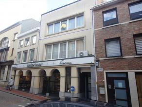 In het centrum van Tienen bieden wij U deze duplex aan. Gelegen op de 2de verdieping bevat het een grote woonkamer met halfopen keuken. Op de bovenste