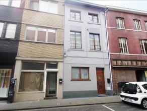 Gerenoveerde gezinswoning in het centrum van Tienen met 4 slaapkamers. De woning bevat op het gelijkvloers: inkomhal, ruime living, ingerichte keuken,