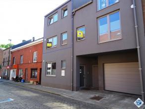 Nieuwbouw duplexappartement, bouwjaar 2014, gelegen in het centrum en op wandelafstand van station. Vlotte verbinding met E40 Brussel-Luik. Het appart