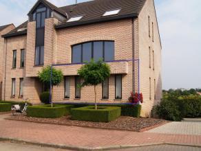 Appartement op het gelijkvloers in een groene omgeving en toch dicht bij centrum Tienen. Het omvat een ruime woonkamer met open ingerichte keuken, 2 s