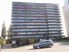 Ruim appartement met 3 slaapkamers op de 9e verdieping met ingerichte keuken en badkamer en terras rondom. Indeling appartement : inkomhal met vestiai