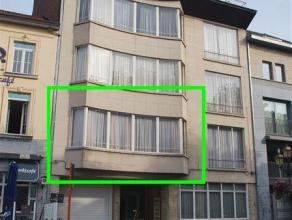 Zeer ruim appartement met 2 slaapkamers en terras op topligging. INDELING : ruime inkomhal met vestiaire en toilet, aangename living (Â 32 m&sup