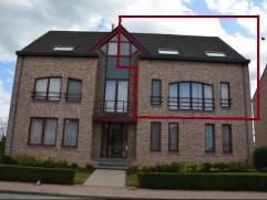 Vernieuwd duplexappartement op de 1e verdieping met 2 slaapkamers en bergzolder. Indeling appartement : 1e verdieping : inkomhal met toilet, woonkamer