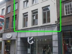 Duplex appartement met 2 slaapkamers, gelegen in het centrum van Tienen.Indeling : GELIJKVLOERS : inkomhal. EERSTE VERDIEPING : hal, living en keuken.
