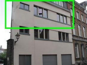 Zeer mooi, zonnig appartement met 2 slaapkamers en terras in gebouw met lift. Zeer goed gelegen. INDELING : Inkomhal met toilet, 2 slaapkamers (lamina
