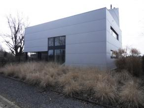 Moderne, strakke VILLA (bj 2012) met aansprekende architectuur, ob,  zonneterras, aangelegde tuin (z) met tuinberging, carport en parking op 10 are 80