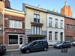 Tof recent appartement: zeer ruim met veel lichtinval, twee slaapkamers in het hartje van Diest. EPC: 121 kWh/m2. Indeling: 1ste verdieping: inkomhal,