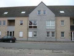 Gunstig gelegen gelijkvloers appartement te Hechtel.Dit appartement bestaat uit een inkomhal, living, keuken, berging, toilet, badkamer, 2 slaapkamers