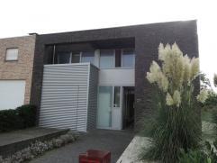 Deze recente half open bebouwing bestaat uit:Op het gelijkvloers: Een inkomhal, living, keuken, wasplaats, toilet, garage, tuin met terras en buitenbe