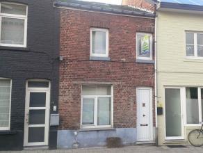 Knusse rijwoning te Hasselt. Deze gesloten bebouwing bestaat uit 2 slaapkamers , een ingerichte keuken en badkamer, living en een berging. Er is boven