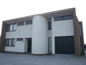 Gelijkvloers appartement met een oppervlakte van 155m² , bestaande uit een ingerichte keuken en badkamer, living, 2 slaapkamers, kelder, tuin, te