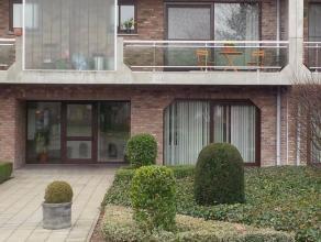 Gelijkvloers appartement met ingerichte keuken en badkamer, living, berging, 2 slaapkamers, garage en een terras. De vaste kosten zijn voor de syndicu