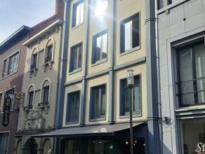 Een stijlvol, luxe appartement op de tweede verdieping met twee slaapkamers, een ingerichte open keuken en badkamer, living, berging, terras en een ke