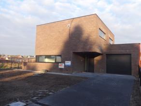 Deze Moderne nieuwbouw te Lommel is een half open bebouwing. Deze woning bestaat op het gelijkvloers uit: - Inkomhal - Living - Keuken -Berging - Toil