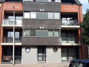 Dit ruime appartement op de 1ste verdieping heeft een oppervlakte van 103m² bestaat uit een living, volledig uitgeruste keuken, wasplaats, badkam