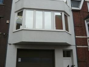 Deze gezellige rijwoning dichtbij het centrum van Hasselt bestaat uit: Op het gelijkvloers: een inkomhal Op de 1ste verdieping: Een living, keuken, Ve