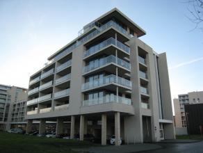 Dit luxe appartement vlakbij de Blauwe boulevard te Hasselt heeft een zeer goede ligging. Het bestaat uit een inkomhal, living, keuken, toilet, bergin