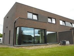 Moderne nieuwbouwwoning met een zeer laag energieverbruik. 1. Indeling: Deze halfopen bebouwing heeft drie slaapkamer, een open keuken gekoppeld aan d