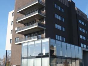 Recent appartement net buiten het centrum van Hasselt. Dit appartement op de 2de verdieping bestaat uit een inkomhall, living, ingerichte keuken, inge