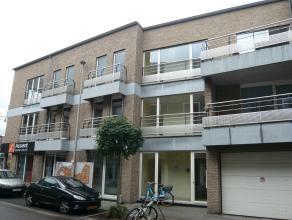 Dit ruime duplex appartement (2de + 3de verdieping) te Hasselt bestaat uit een inkomhal, living, keuken, wasplaats, toilet, badkamer, 3 slaapkamers en