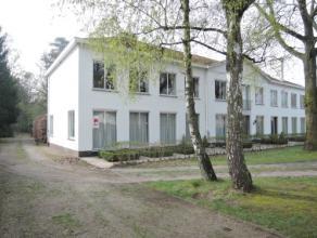 Vrij - te bezichtigen via kantoor .<br /> <br /> Appartement, 120 m², gelijkvloers, met hal, living, keuken (keukenkasten, spoeltafel, dampkap, 4