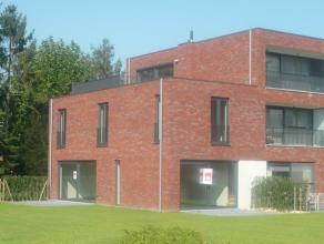 Dit prachtige duplex appartement is eigenlijk een moderne geïntegreerde woning met aangename terrassen uitgevend op een gemeenschappelijke tuin.