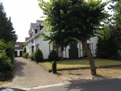 Vrij - te bezichtigen via kantoor.  Woonhuis (villa), 284 m², met hal, zeer ruime living, keuken (keukenkasten, dubbele spoelbak, elektrische k