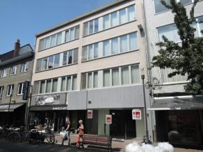 Vrij 01.03.2016 - te bezichtigen via kantoor.<br /> <br /> Appartement gelegen in het stadscentrum, 84 m², 3de verdiep, met hal, living, keuken (