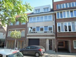 Vrij - te bezichtigen via kantoor.<br /> <br /> Volledig vernieuwd appartement, 79 m², 1ste verdiep, met hal, living, keuken (keukenkasten, spoel