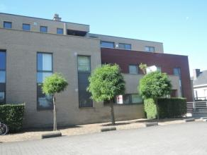 Vrij - te bezichtigen via kantoor.<br /> <br /> Gelijkvloers appartement, 96 m², instapklaar, met hal, living, keuken (keukenkasten, dubbele spoe