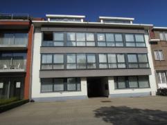 Vrij - te bezichtigen via kantoor.  Appartement, 76 m², gelijkvloers, met hal, living, keuken (keukenkasten, spoeltafel, dampkap, el. vuur, ove