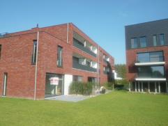Mooi en ruim gelijkvloers appartement (115m²) met 3 slaapkamers en aangenaam terras (9m²).  Prijs is exclusief 16.000 EUR voor de ondergro