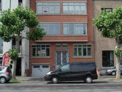 Gerenoveerd woonhuis met uitzicht op het Kolonel Dusartplein. Bestaande uit hall, apart toilet, living, eetplaats, keuken (kasten, dubb. afwasbak en d