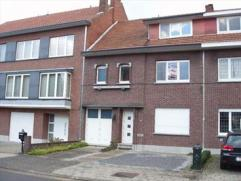 Gezellige rijwoning gelegen nabij de Luikersteenweg (207 m²). Bestaande uit hall, apart toilet, living, eetkamer, geïnstalleerde keuken (kas