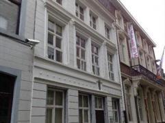 Gezellige stadswoning gelegen in hartje Hasselt. Bestaande uit hall, 3 aparte toiletten, living met open haard, keuken (kasten, dubbele afwasbak, kera