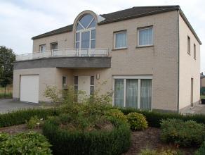 Deze ruime woning met 4 slaapkamers bevindt zich op een perceel van 11a37ca. Het is een polyvalente woning; ideaal voor een groot gezin of een zelfst