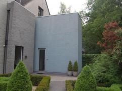 Gelegen in een mooie groene omgeving bevindt zich deze ruime HOB woning met prachtige tuin en zwembad.   De woning is zeer goed onderhouden en afgew