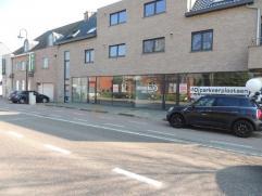 Goed gelegen handelspand 380 m²  groot met een 35 tal autostaanplaatsen gelegen nabij het centrum van Heusden-Zolder. De handelsgelijkvloers is c
