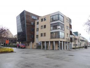 Luxueus appartement van 160 m² gelegen op de 2 de verdieping in hartje Lommel centrum. Indeling: riante inkomhal met opbergkast en apart toilet,