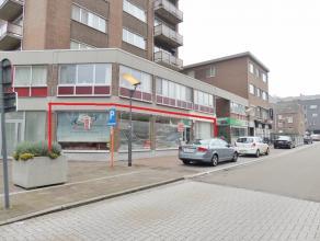 """Aan het stadhuis in het bruisende centrum van Genk vinden we op Eindgracht 1 onder """"Residentie Algure"""" deze goed gelegen handelsruimte terug van 107m2"""