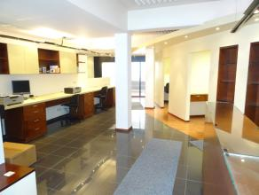 Representatieve kantoorruimte van 150 m² gelegen in het centrum van Genk. Instapklaar kantoor/handelsgelijkvloers (150 m²) bestaande uit een