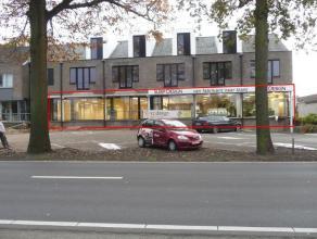 Commercieel gunstig gelegen handelsruimte van ca.480 m², dienstig als kantoor of winkelruimte. Gelegen op de baan tussen Hasselt en Genk. Zowel p