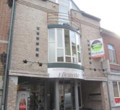 INVESTERINGSPAND . Topligging in centrum Bilzen , vlakbij de Markt. Het pand omvat : op het gelijkvloers een handelsruimte (84m) met bergplaats en s