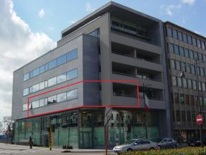 Pal in het centrum vindt U dit ruime appartement met een bewoonbare oppervlakte van maar liefst 140m² op de hoek van de Sint-Truidersteenweg en h