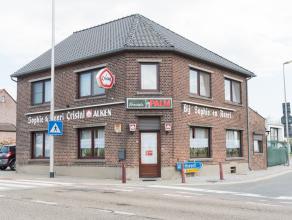 U vindt deze karaktervolle hoekwoning terug op de Tongersesteenweg 185 te Hoeselt op een ruim perceel van 8a 98.<br /> <br /> De woning is centraal ge