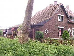 Woning met 2 slaapkamers, ruime woonkamer, keuken, eetkamer, badkamer, toilet, Inkomhal, kelder, garage en een tuin.