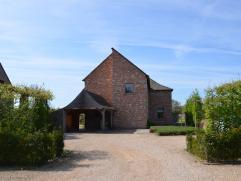 Zeer stijlvolle recente pastorijvilla met rustige en landelijke ligging, afgewerkt met kwaliteitsmaterialen, gelegen op een perceel van 20 are met de